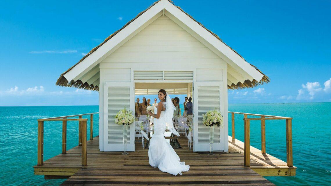 In den Sandals Resorts heiraten Gäste barfuß am Karibikstrand, unter einem Gartenpavillon oder in einer Overwater-Kapelle. Bildnachweis: Sandals Resorts International