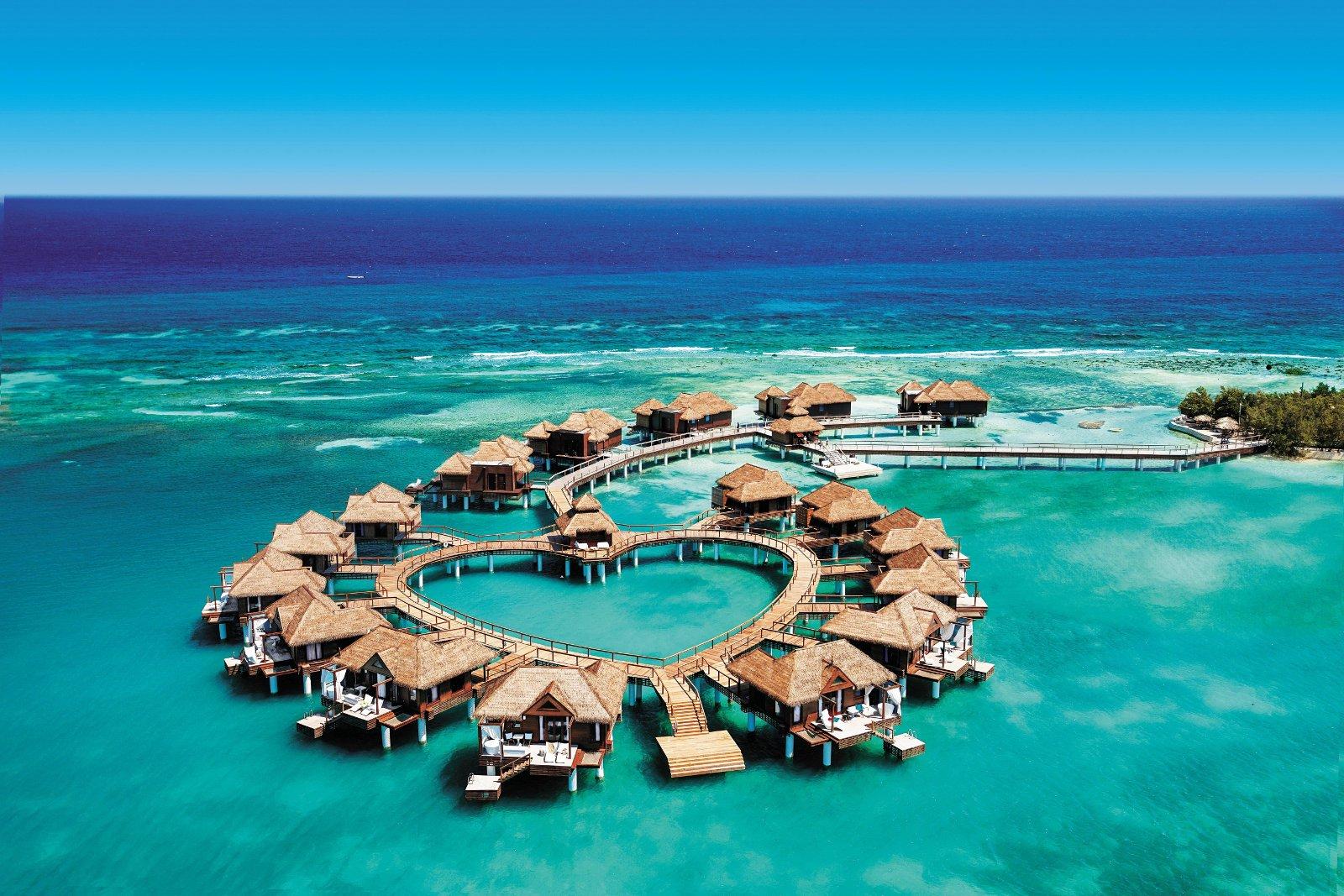 """Romantisch wohnen Paare in den herzförmig angelegten """"Over-the-Water""""-Bungalows des Sandals Royal Caribbean/Jamaika. Foto: Sandals Resorts International"""