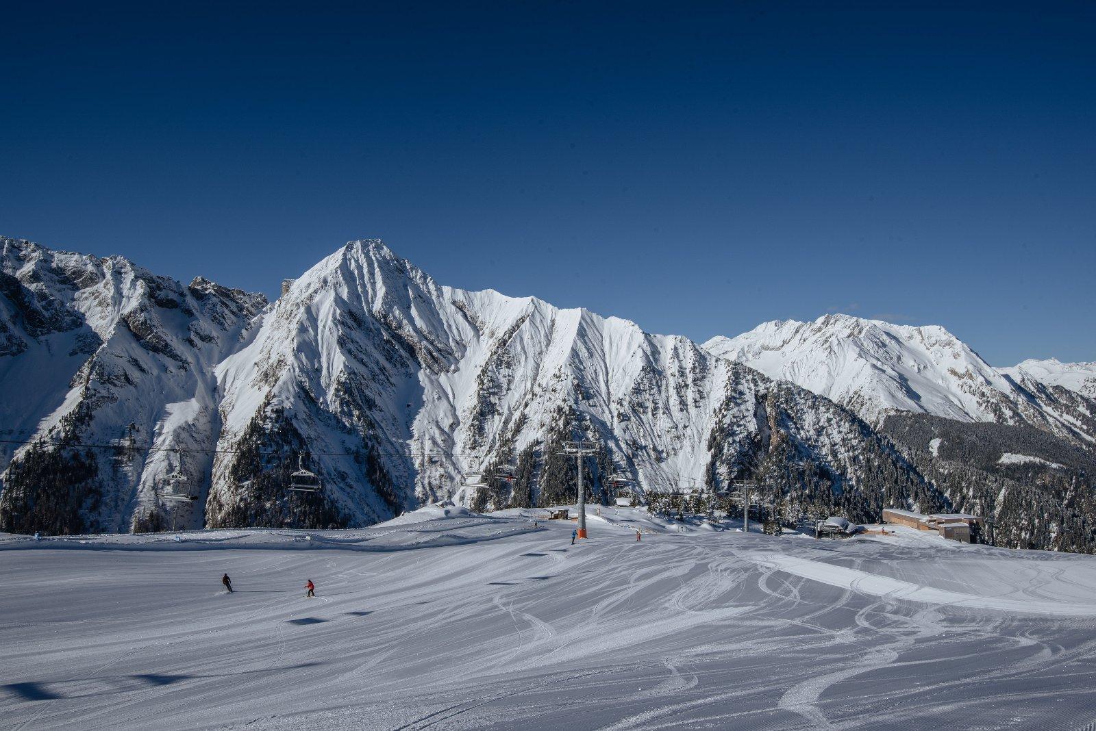 Sonne, Schnee, Skifahren! Raus aus den dicken Daunenjacken und rein ins Vergnügen: Im Zillertal sieht man schneeweissen Hängen, bestens präparierten Pisten und wärmenden Sonnenstrahlen entgegen. Die Ferienregion im Tirol lockt mit unzähligen Sonnenterassen, einzigartigem Panorama und kulinarischen Köstlichkeiten. Für pures Skivergnügen sorgen 530 Pistenkilomete
