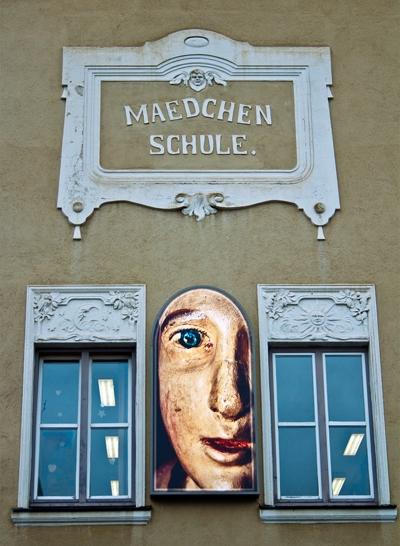 Elisabeth Brockmann, GLÜCK, Lichtinstallation für die Stadt Friedberg, (Mädchenschule), Foto: Alexander Vejnovic