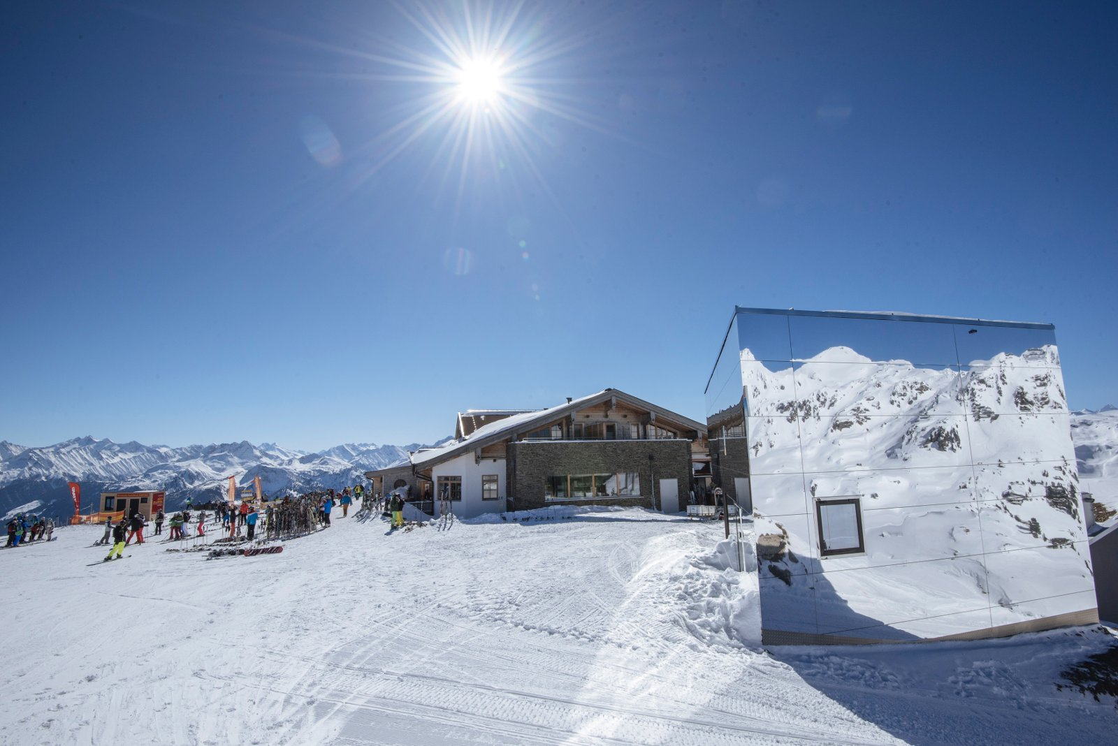 Sonne, Schnee, Skifahren! Raus aus den dicken Daunenjacken und rein ins Vergnügen: Im Zillertal sieht man schneeweissen Hängen, bestens präparierten Pisten und wärmenden Sonnenstrahlen entgegen. Die Ferienregion im Tirol lockt mit unzähligen Sonnenterassen, einzigartigem Panorama und kulinarischen Köstlichkeiten. Für pures Skivergnügen sorgen 530 Pistenkilometer.