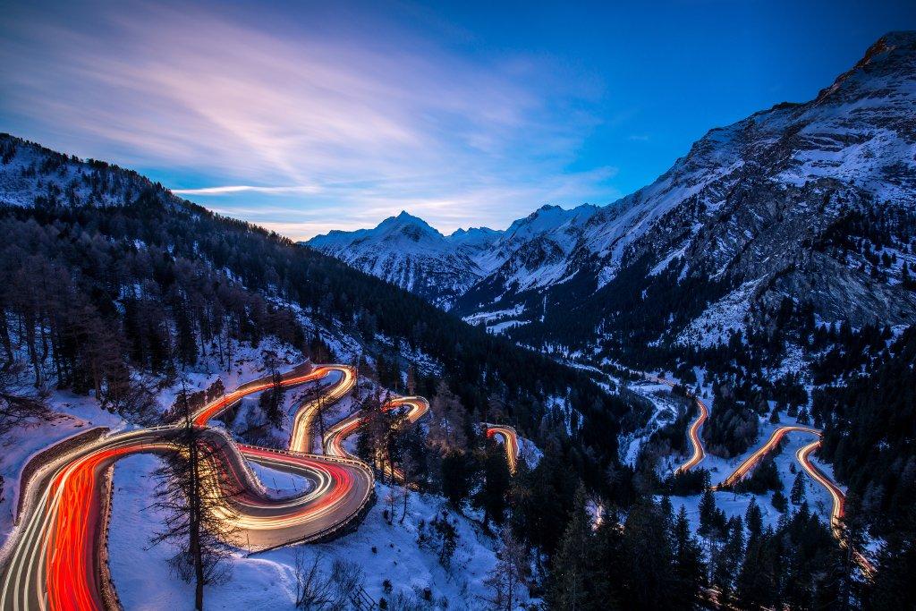 Zwei Jahre gewartet für diesen Augenblick - 200km gefahren, für dieses Spektakel - es musste alles passen: der Winter für den Kontrast, die Weihnachtszeit für den Verkehr, das Wetter und das Licht. Egal, was mit diesem Bild geschieht, für mich ist es einfach der Hammer. :-) Friedrich Böhringer Schweiz, Malojapass