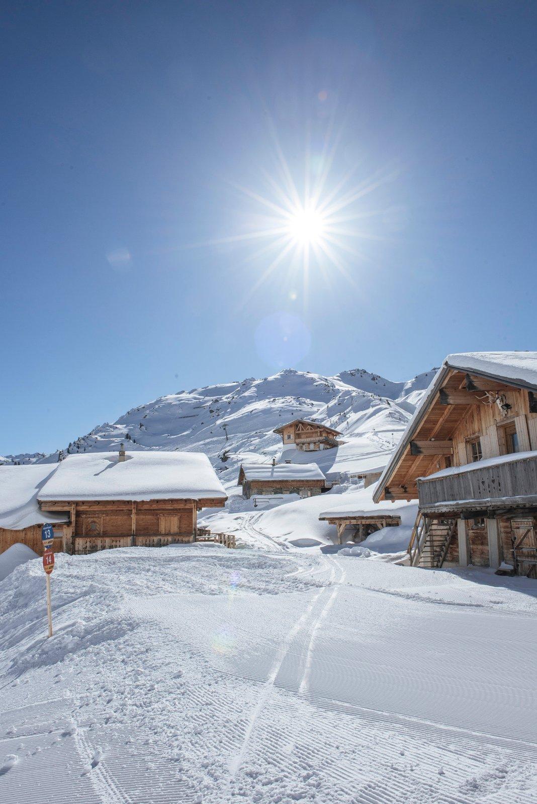 Sonne, Schnee, Skifahren! Raus aus den dicken Daunenjacken und rein ins Vergnügen: Im Zillertal sieht man schneeweissen Hängen, bestens präparierten Pisten und wärmenden Sonnenstrahlen entgegen. Die Ferienregion im Tirol lockt mit unzähligen Sonnenterassen, einzigartigem Panorama und kulinarischen Köstlichkeiten. Für pures Skivergnügen sorgen 530 Pistenkilometer