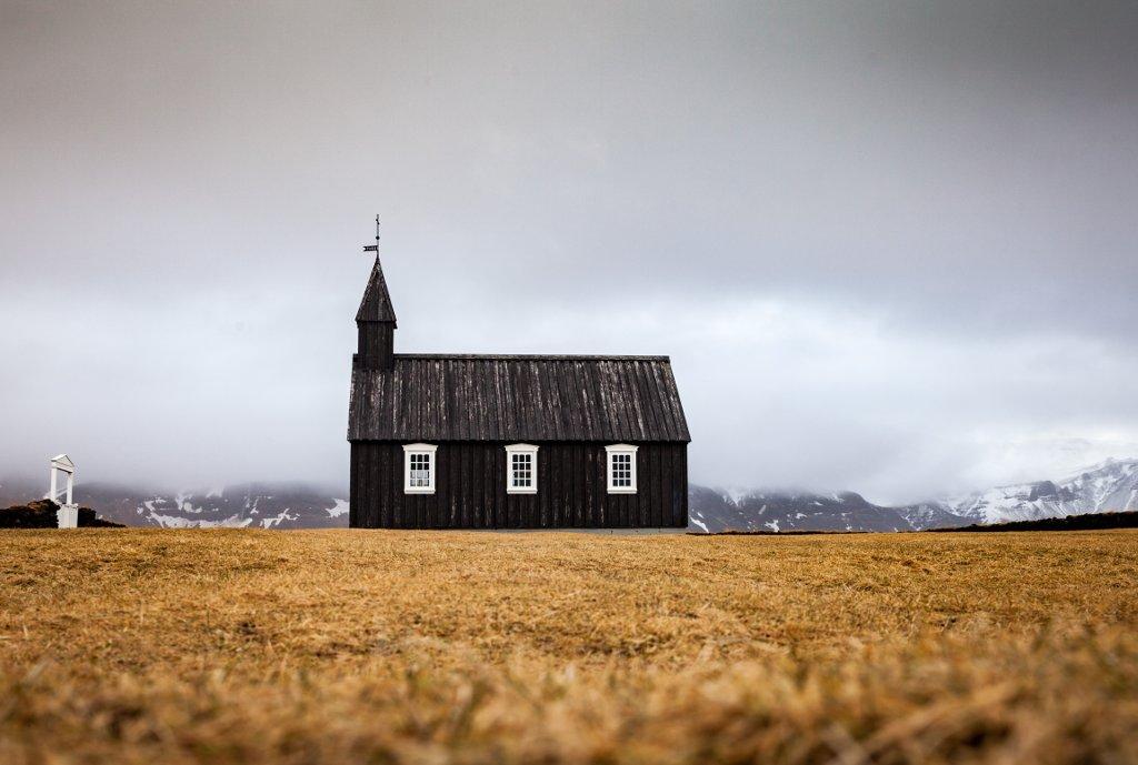 Die kleine schwarze Kirche in mitten der rauhen Landschaft Islands. Martina Kaufmann Island, Budier
