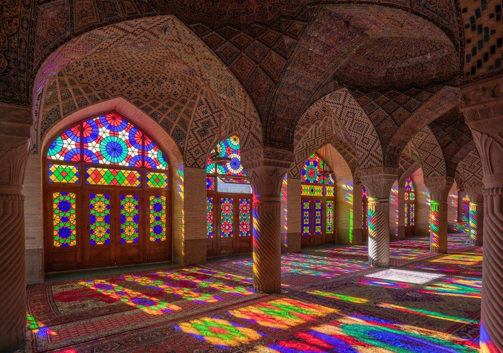 Glasfenster und Reflexion in der Nasir-ol-Molk-Moschee in Shiraz, Iran. Peter Bihr Iran, Shiraz