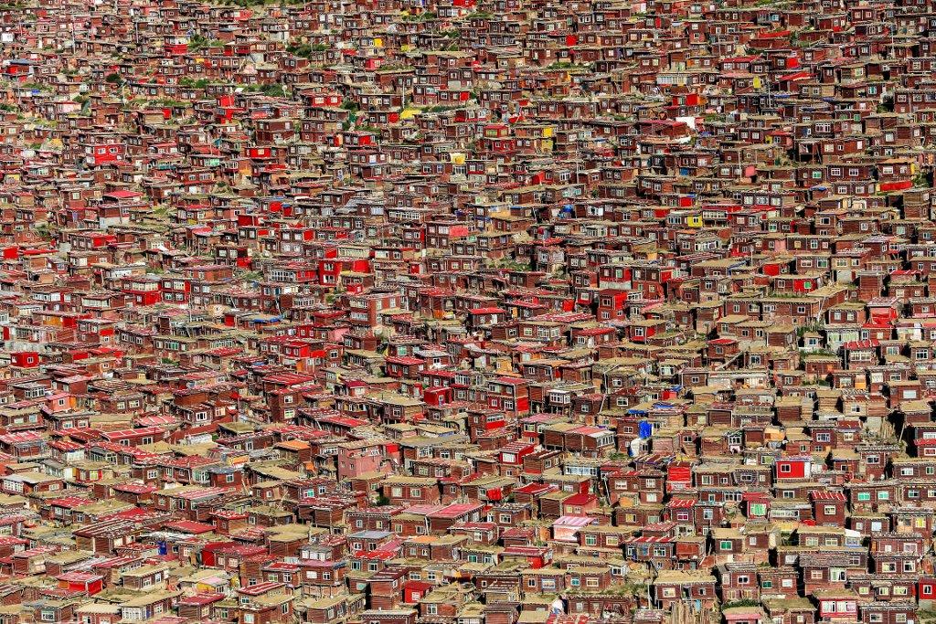 """Kloster Larung Gar in Osttibet. Bei unserem Besuch das grösste Kloster der Welt, bis zu 40'000 Mönche und Nonnen lebten in diesem """"einsamen"""" Hochtal. Mittlerweilen hat die chinesische Regierung einen Teil geräumt. Patrick Schilling China, Serthar"""