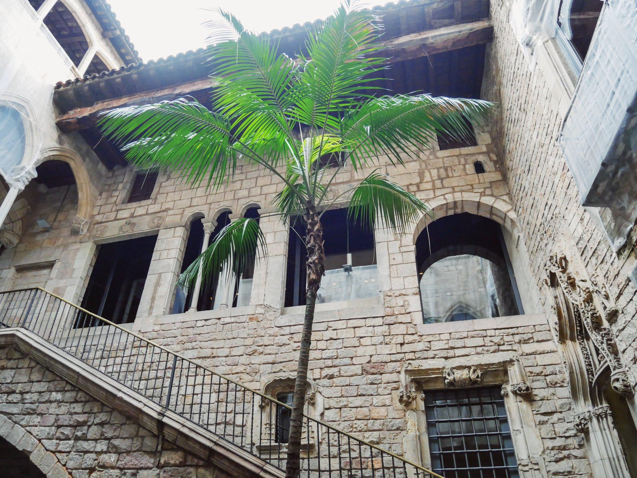 Jugendstil umsonst und draußen – auf der Plaça Reial im Herzen Barcelonas nur drei Minuten vom Palau Güell entfernt finden Architekturfans die prachtvollen Straßenlaternen von Antoni Gaudí Bildnachweis: Laura-Lee Lehmann (Barcelona-Expertin)