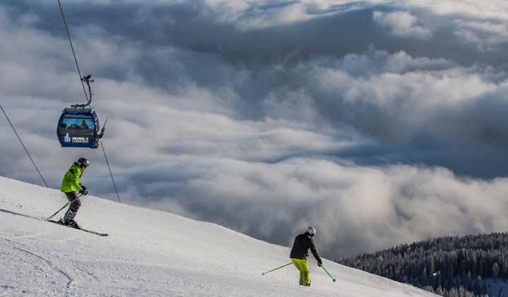 """""""Morgenstund hat Gold im Mund"""" heisst es im Winter für alle Ski- und Snowboardliebhaber im Hotel Post Lermoos. Auf Wunsch organisiert das Hotel, auch bekannt als Logenplatz in der Tiroler Zugspitz Arena, fuer ambitionierte Fruehaufsteher einen Shuttle zur Ehrwalder Almbahn. Dort bietet die «Skischule Total» des Tiefschnee-Weltmeisters Peter Larcher ein verlockendes Early-Bird-Skifahren auf leeren und frisch praeparierten Pisten an. Mit weiteren attraktiven Angeboten laedt das Post Lermoos ausserdem alle Schneebegeisterten zur SKI Wintertraum-Woche im Maerz ein."""