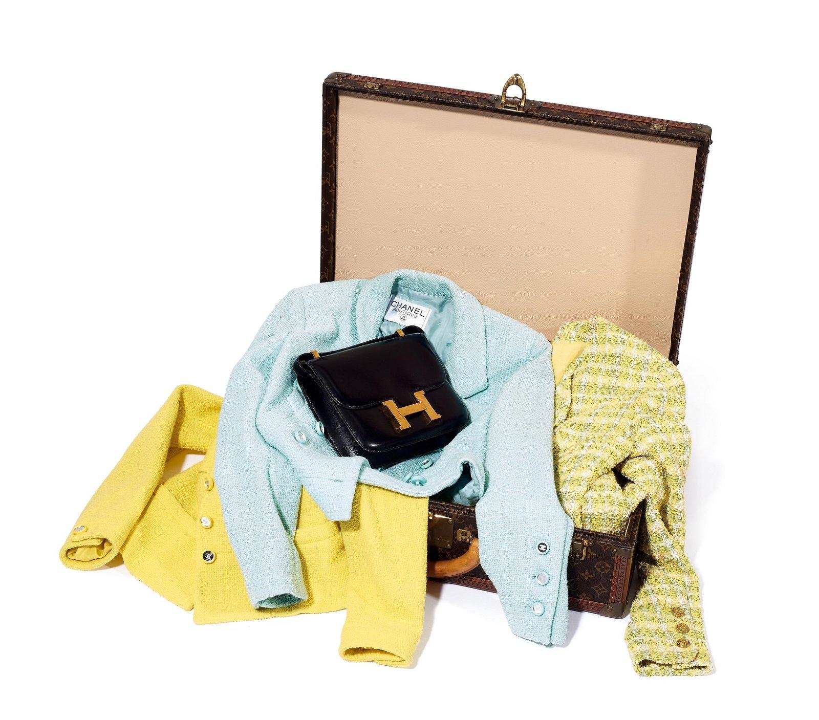 Chanel Tweedjacken, Hermès Tasche Sac Constance und Louis Vuitton Koffer Alzer