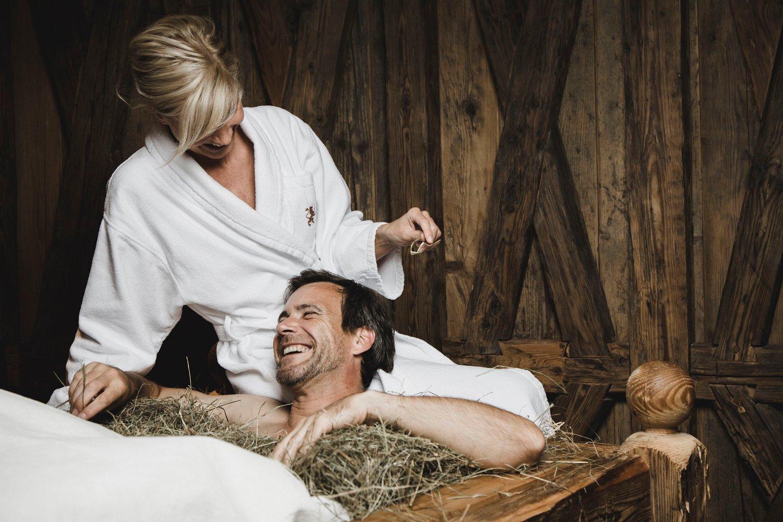 HANDOUT - Impression des Loewen Hotels Montafon. Im Bild: Spa Behandlung im Heubett des Spa-Bereiches. (PHOTOPRESS/Loewen Hotel Montafon/Christoph Schoech)