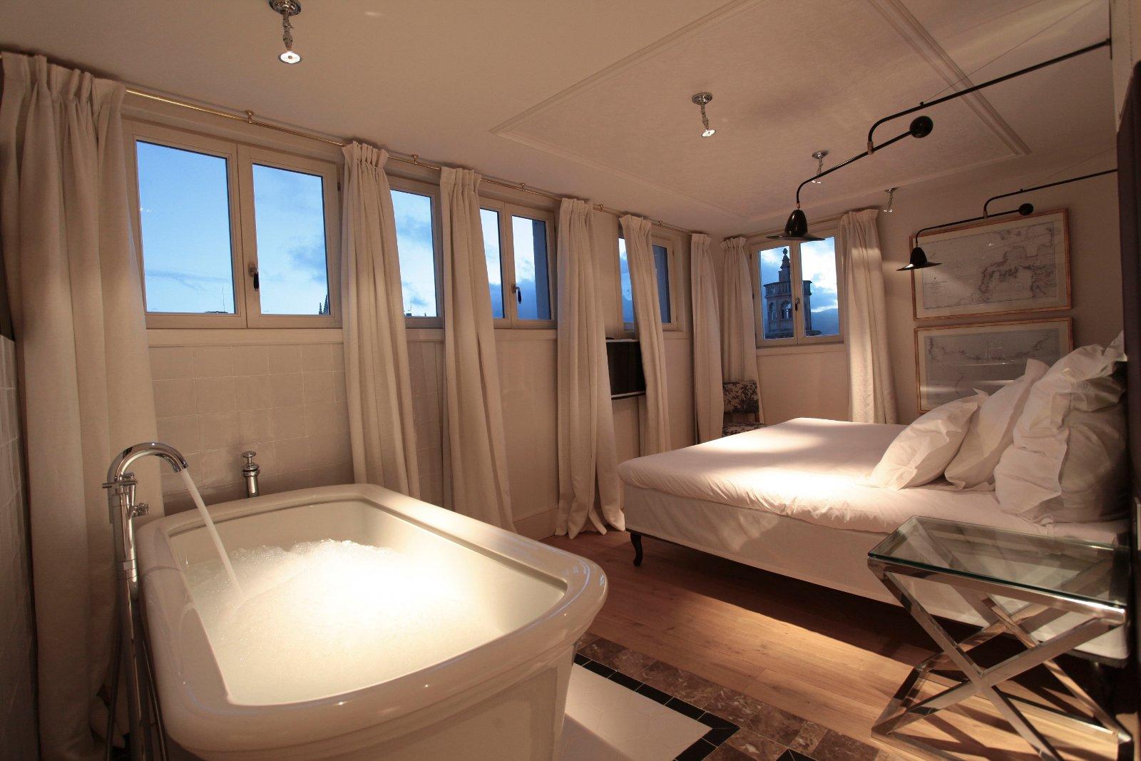 """Erst Party, dann Planschen – Platz für zwei bietet die freistehende Badewanne der """"Island Suite"""" im Hotel Cort in Palma/Mallorca. Bildnachweis: Hotel Cort"""