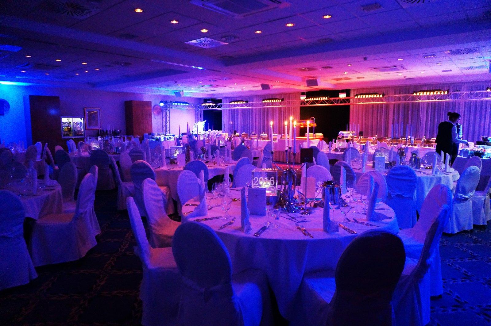 Im Festsaal des Hotel Vier Jahreszeiten Starnberg wird beim Silvesterball ins neue Jahr gefeiert. Bildnachweis: Hotel Vier Jahreszeiten Starnberg