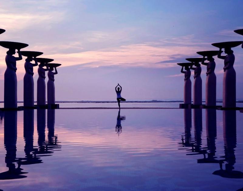"""Das Luxusresort """"The Mulia"""" auf der Trauminsel Bali direkt am exklusiven Nusa Dua Beach und Blick auf den imposanten Geger-Tempel bietet 111 Suiten sowie 108 luxuriöse Villen, die """"Mulia Villas"""", mit Privatpool und 24-Stunden-Butlerservice."""