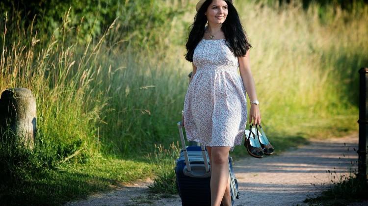 Mädchen mit Gepäck