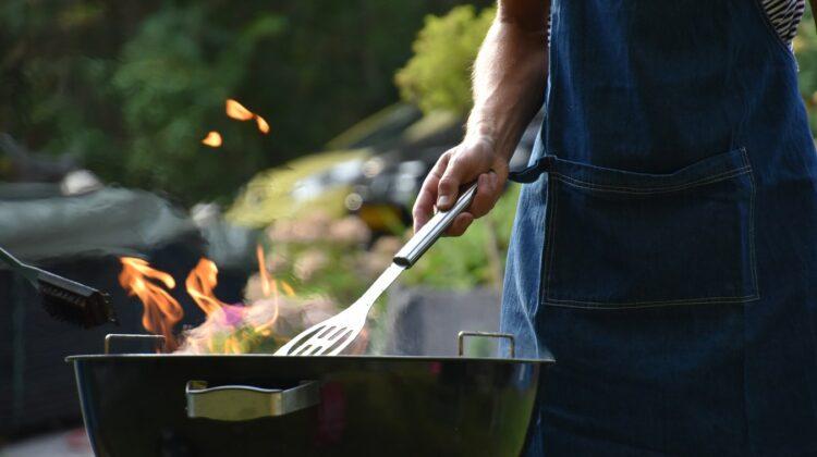 Grillen macht Spaß und ist eine gesunde Zubereitungsart, die ohne weiteres Fett auskommt. Wie viel und welches Fleisch ratsam ist und welches Gemüse vom Rost super schmeckt