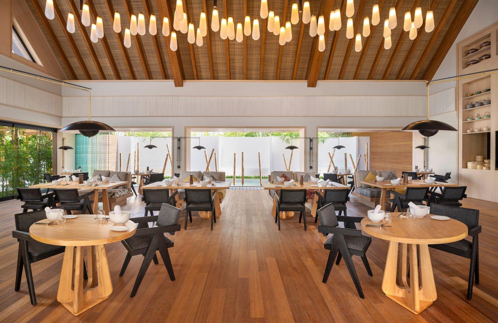 """Zur Mittagszeit genießen Urlauber im """"Tangled"""" des Waldorf Astoria Maldives verschiedene Nudel- und Teiggerichte aus Asien. Bildnachweis: Waldorf Astoria Hotels & Resorts"""
