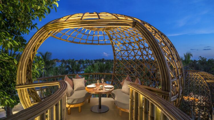 """Im Restaurant """"Terra"""" des Waldorf Astoria Maldives Ithaafushi speisen Gäste hoch oben in Treepods, gefertigt aus natürlichem Bambus. Bildnachweis: Waldorf Astoria Hotels & Resorts"""