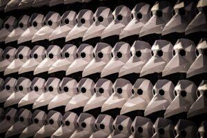 Eine Armee aus Pestmasken: 300 Pestmasken wurden von Freiwilligen und Freunden des Museums in mühevoller Detailarbeit gebastelt.